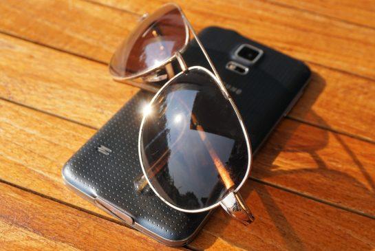 mobilais telefons saulesbrilles pixabay